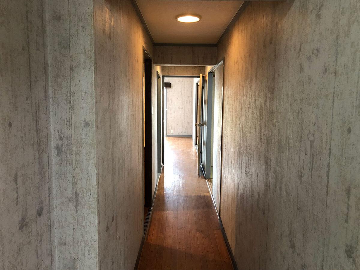 打ちっぱなし風の壁紙で統一された廊下