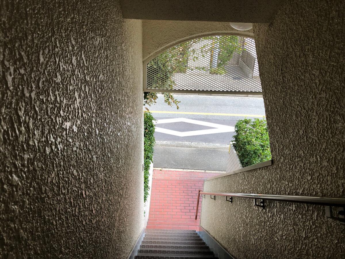 レトロなムード満載の外階段