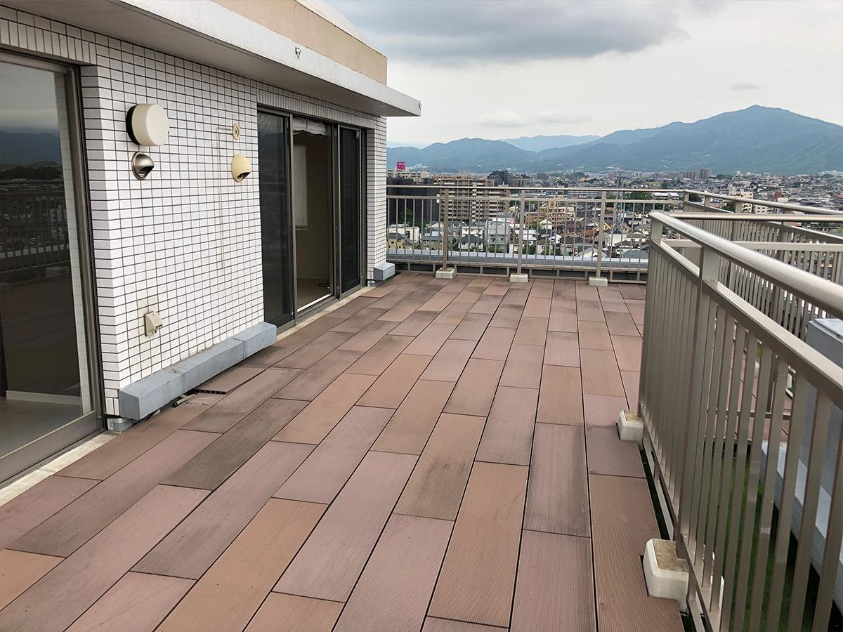 ウッドデッキ付き広々ルーフバルコニーから福岡市内を一望