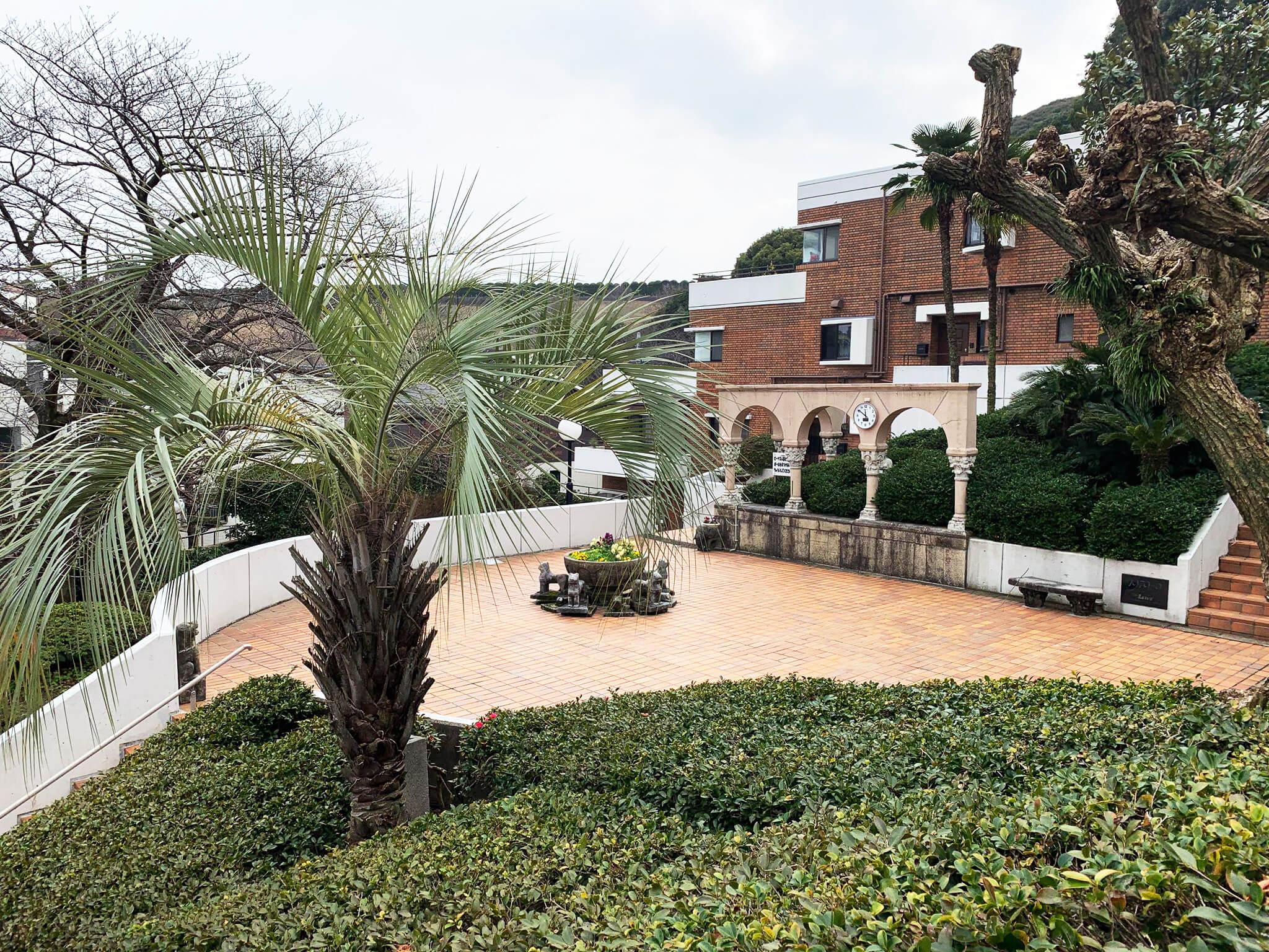 敷地は緑に囲まれた美しい庭園あり
