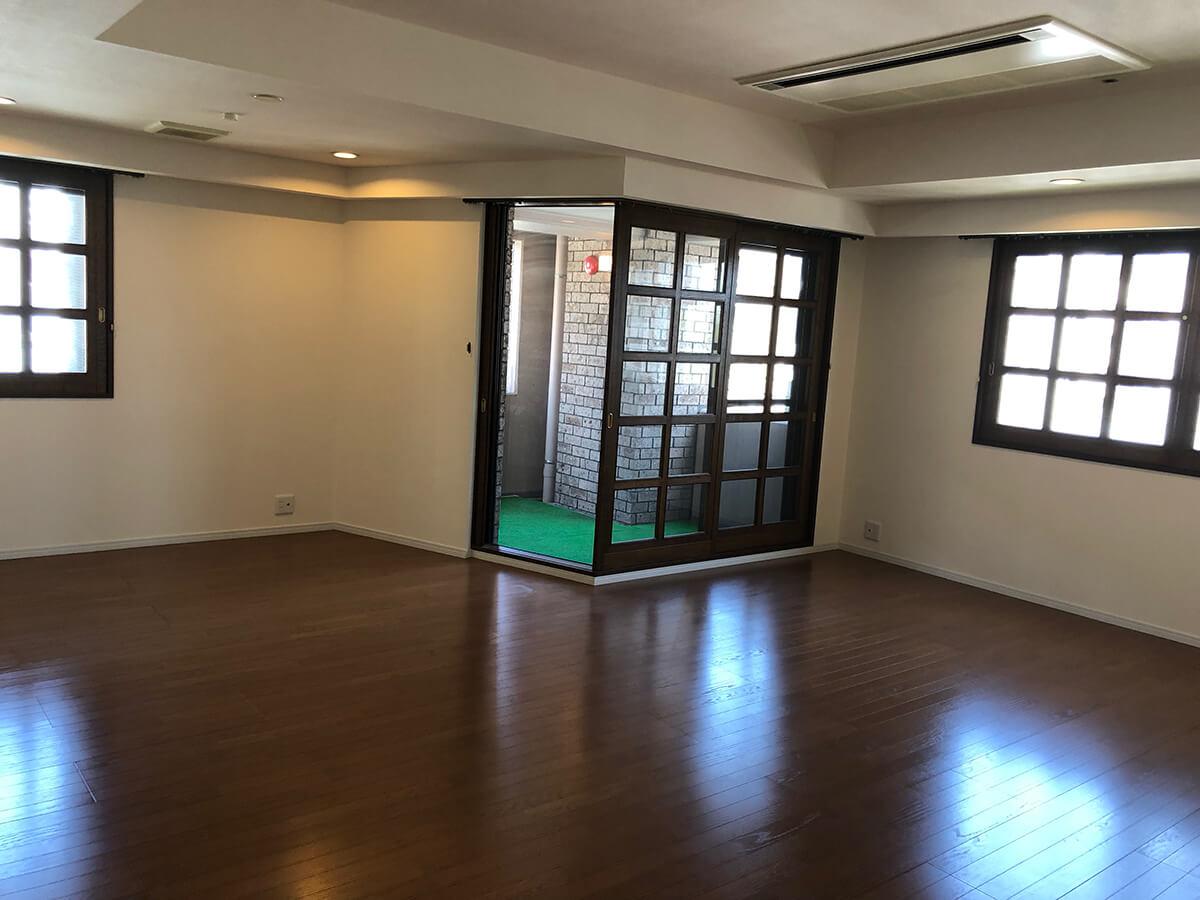 この奥行き伝わるでしょうか…22畳のLDにはビルトインエアコン。玄関横の和室、琉球畳です。