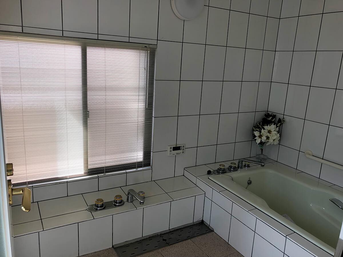 窓付き。憧れの白タイルの浴室。