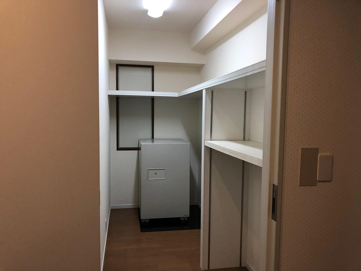 12畳の個室には鍵付きのウォークインクローゼット。冷蔵庫のような金庫も付くのかは…要相談です。