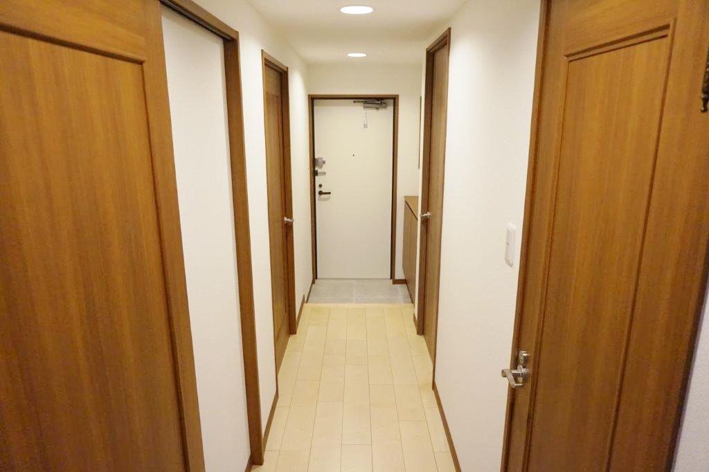 廊下のドアの並ぶ感じ好きです