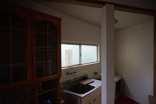 キッチンは特徴的で、鋭角に沿って配置されており、広さは十分で正面に窓があるので明るいです。