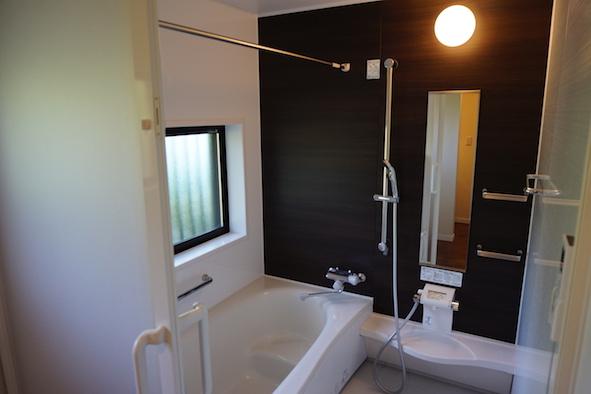 風呂場はきれいで広さも充分