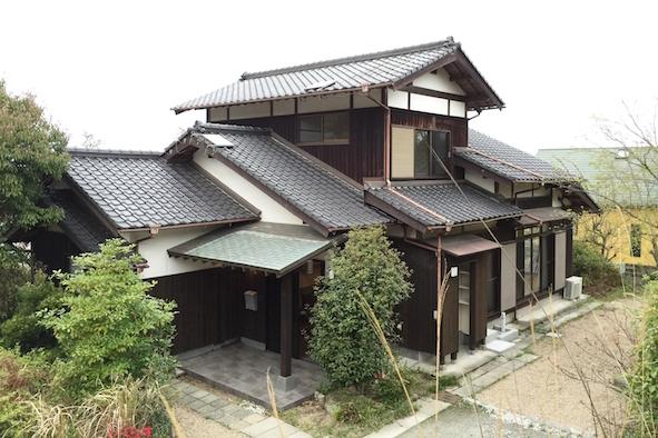 日本家屋の風情が残る古民家風外観。敷地内はゆったり駐車4台分、BBQも出来る。周辺はアトリエがある豊かなコミュニティ。