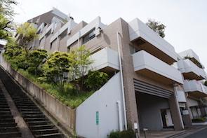 高台の傾斜地に建っており、眺望の良さを予感させます。