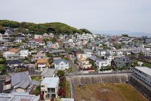 抜群の眺望。高台ともあり、風が抜けて気持ち良く、住宅街が下に広がり山の緑も短かに感じさせます。