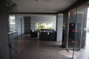 8階がエントランスになっており、ソファーと植栽、バルコニーが高級感を演出してます。