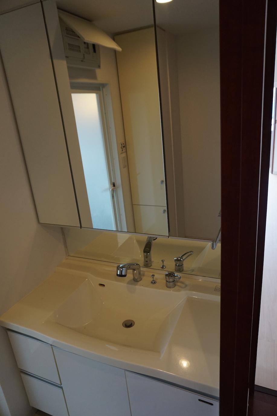 洗面所の大きな鏡は助かります