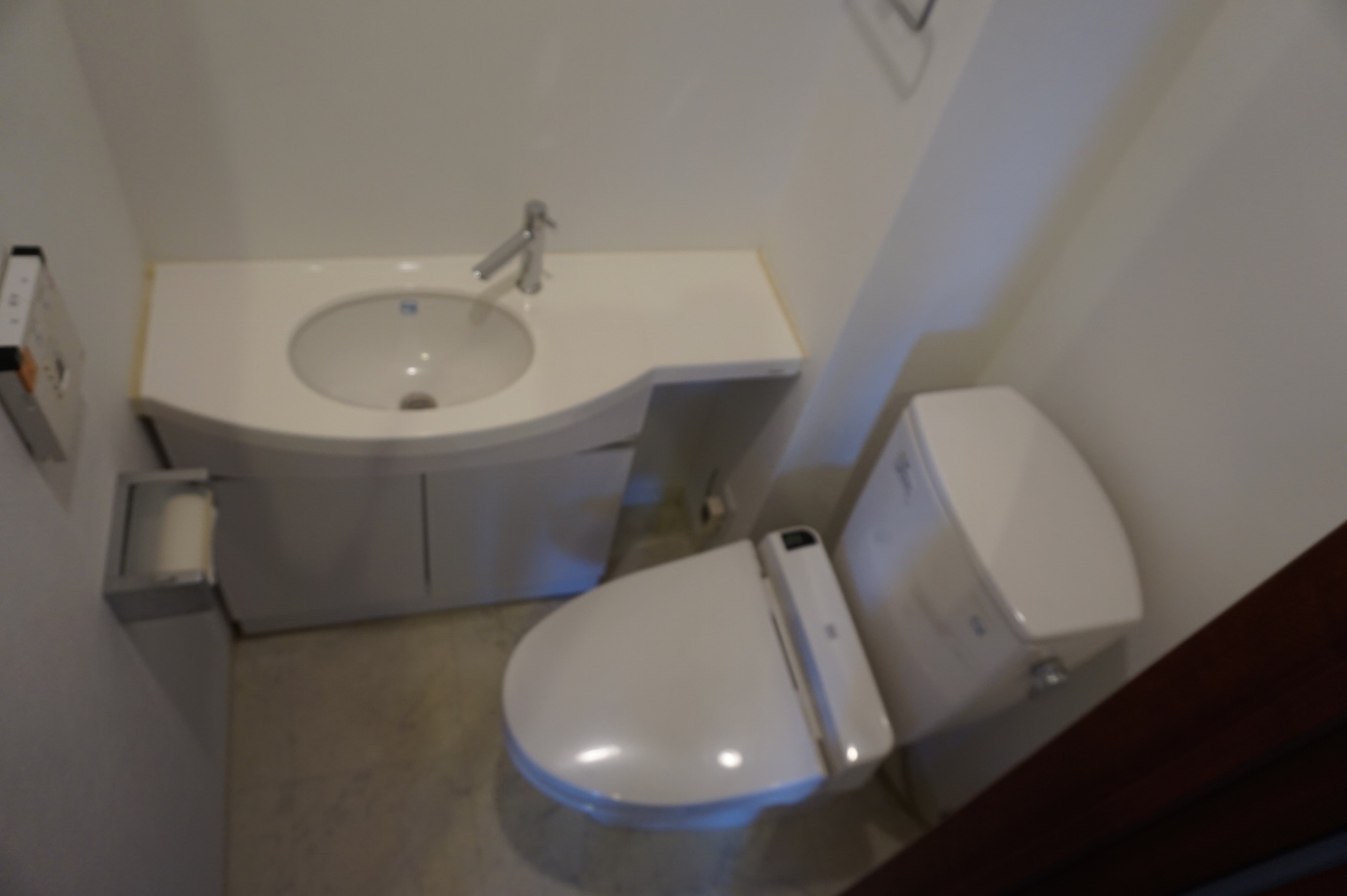 手洗い付のトイレなのでリノベーションをしても配管は必要ありません。