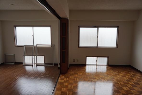 足元の窓が室内を明るく爽やかな風が入ってきます。