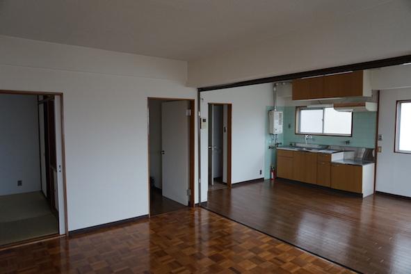 LDKとキッチンは窓からの光で明るく感じます。