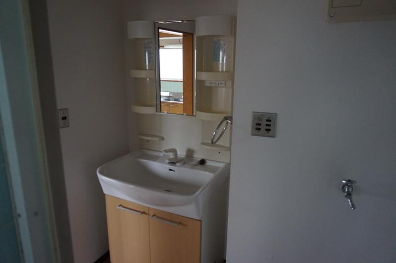 洗面台は収納も多く比較的きれいです。