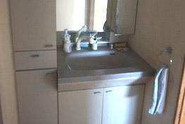 青色を基調とした収納が充実した洗面台。