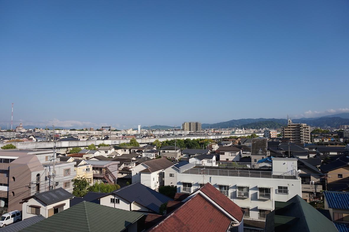 新幹線と山々が見えます。遮るものはない。