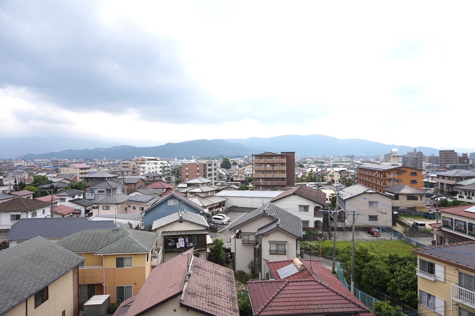 眺望は文句無し。住宅街とその向こうに山々が