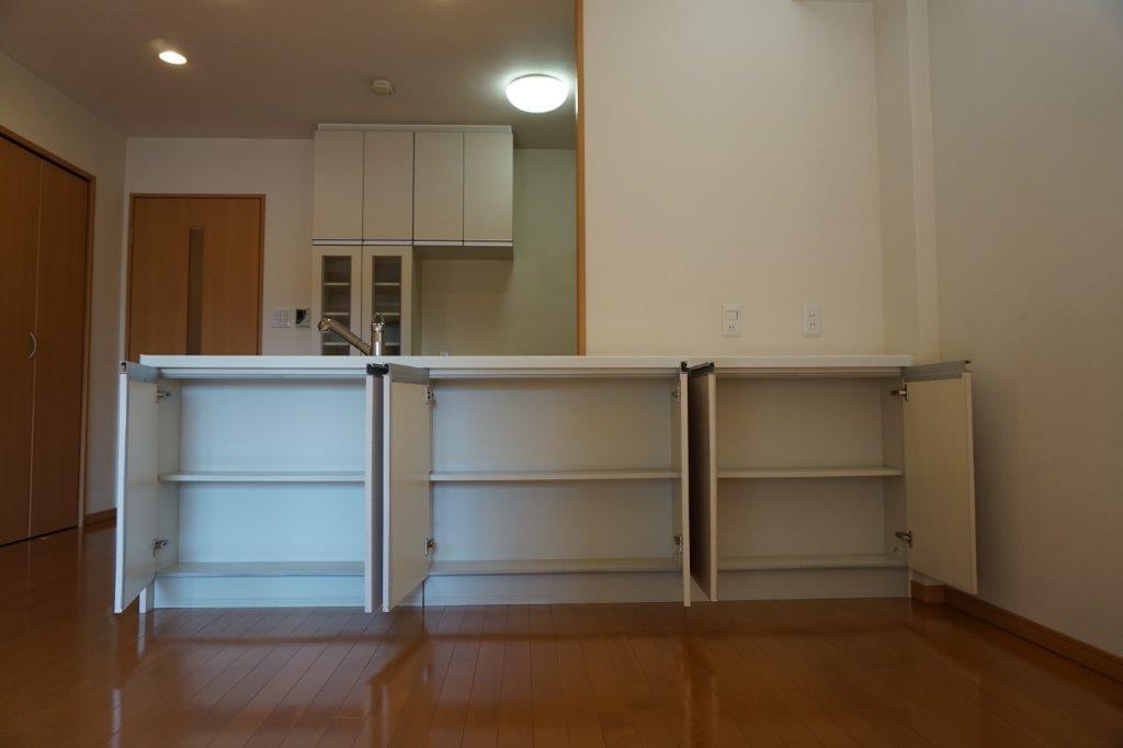 キッチンカウンターは全て収納で食器をたくさんおけます。