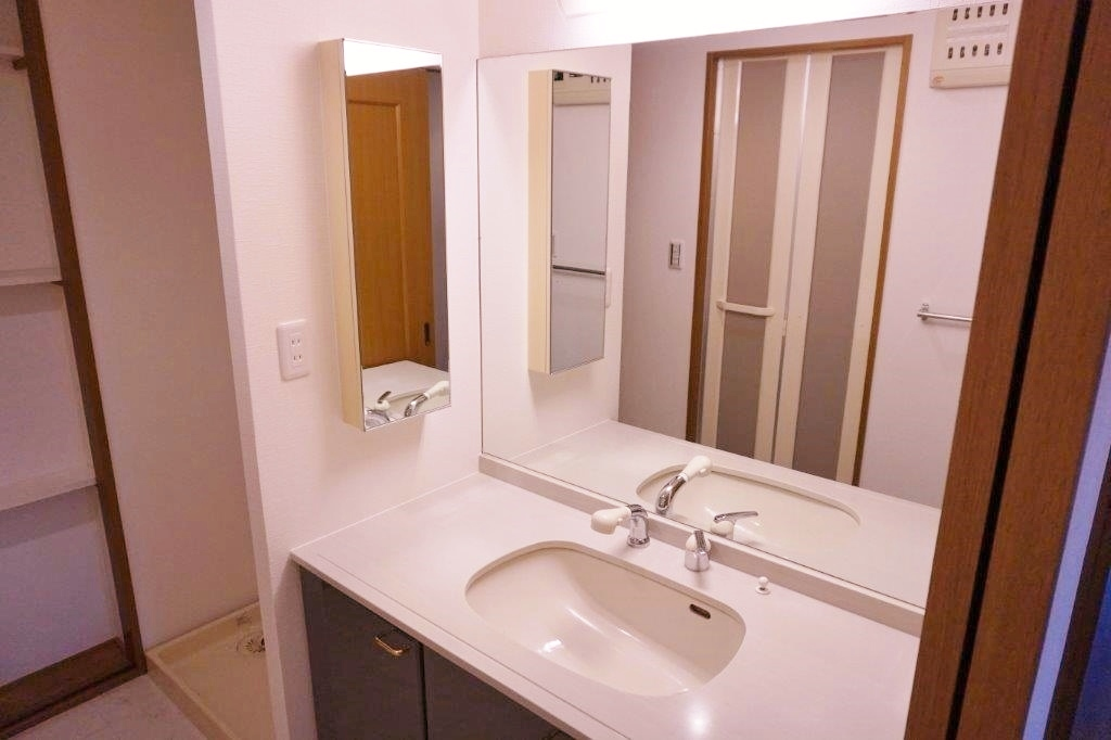 大きな鏡が特徴の洗面