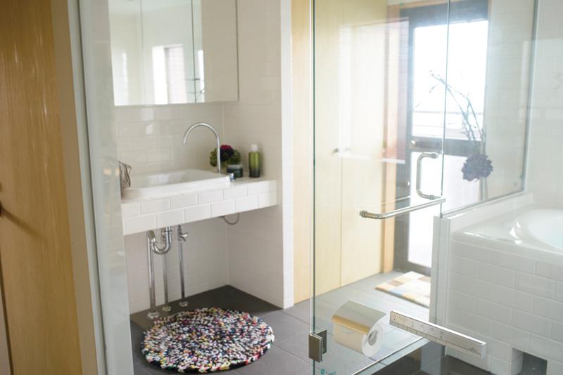 自然光たっぷりの明るい洗面室