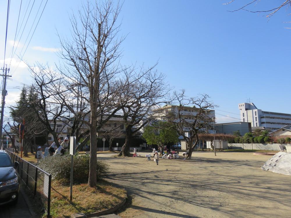 道を挟んで向かいにある公園。
