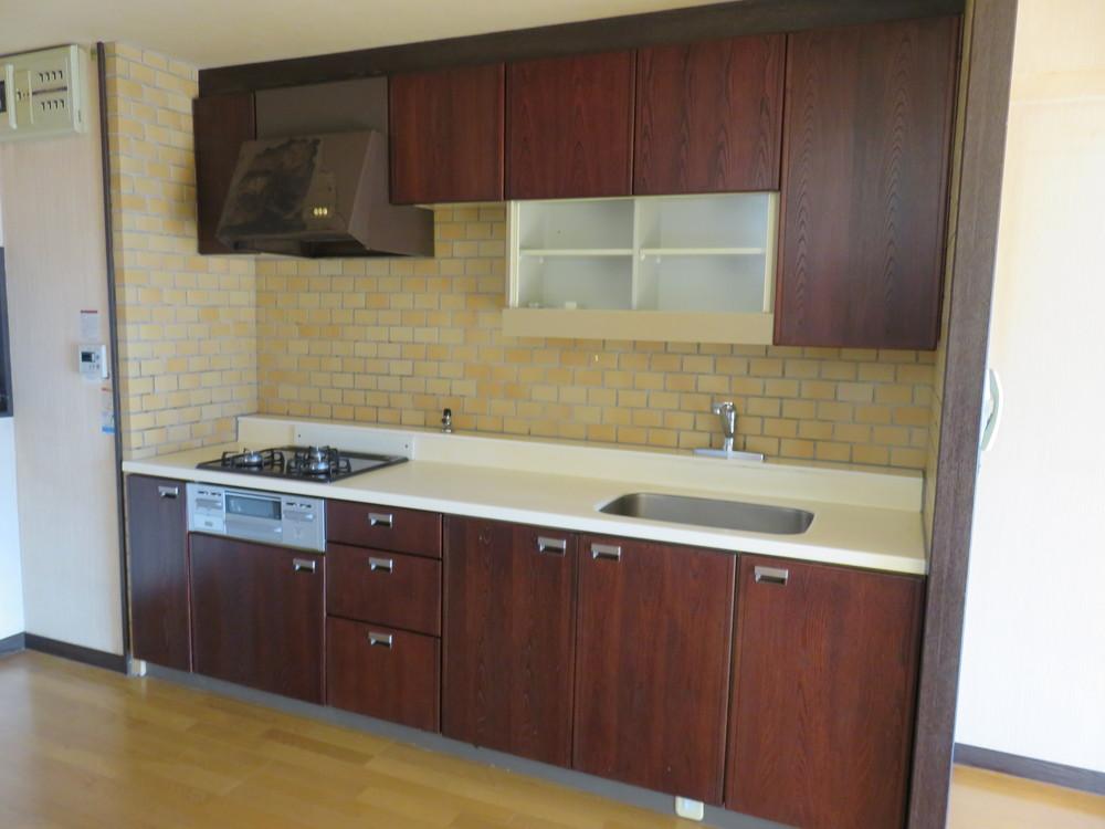 キッチン。使用感はあるが、まだ使うことも可。