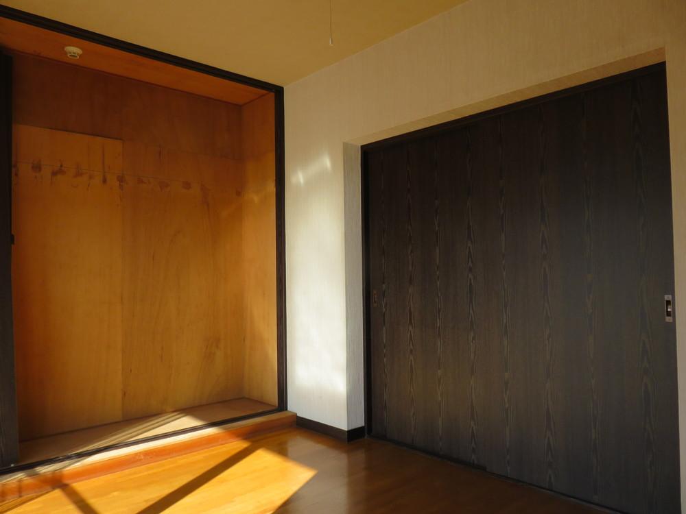 洋室1。墨色の建具が特徴的。