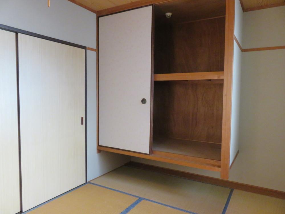 和室。浮き収納が珍しい。