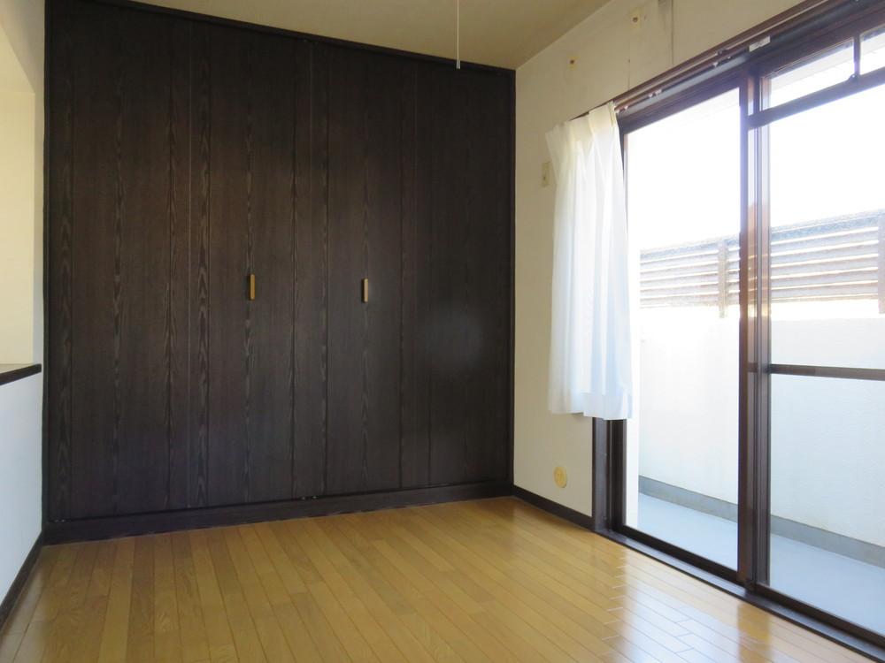 洋室2。大きな収納、小さなカーテン。