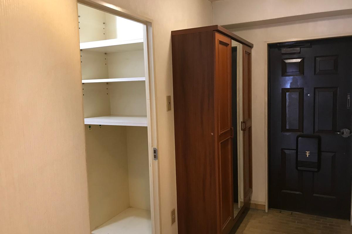 玄関横には便利な納戸